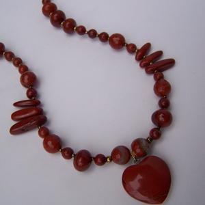 Vörös jáspis szív nyaklánc, Ékszer, Szerelmeseknek, Nyaklánc, Ékszerkészítés, Különféle vörös jáspis szemekből fűztem ezt az igazi nőnapi ajándéknak való nyakláncot! Van köztük ..., Meska