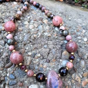 Rodonit nyaklánc, Ékszer, Nyaklánc, Medálos nyaklánc, Ékszerkészítés, Rodonittal még nem dolgoztam eddig, de régóta vonzott ez a titokzatos, hússzínű kő, mely feltűnés-me..., Meska