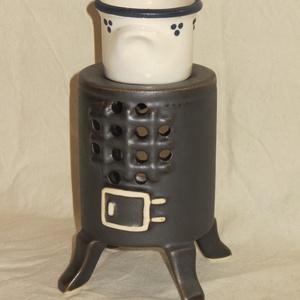 Vaskályha aromalámpa, Lakberendezés, Otthon & lakás, Gyertya, mécses, gyertyatartó, Asztaldísz, Kerámia, Kerámia aromalámpa, levehető kis párologtató fazékkal, ami egy jancsikályhát (vaskályhát) formáz. A ..., Meska