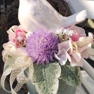 Fehér madaras dísz, Otthon & Lakás, Dekoráció, Asztaldísz, Virágkötés, 25 cm magas, 16 cm széles fehér kerámia madaras dísz selyemvirágokkal, zöld kaspóban. , Meska