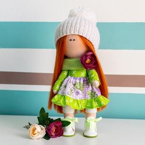 Tündi baba - dekorációs textilbaba, Gyerek & játék, Gyerekszoba, Varrás, 30 cm magas kézzel készült dekorációs textilbaba, zöld és lila mintás, fodros ruhában, fehér harisny..., Meska