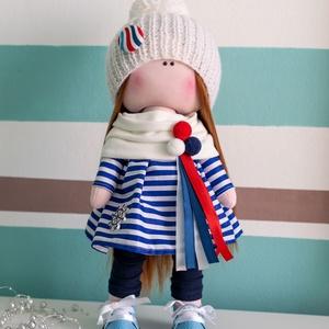Dekorációs baba, Lili, Játék & Gyerek, Baba-és bábkészítés, Varrás, 33 cm magas, kézzel készült dekorációs textilbaba. Ruhája kék fehér csíkos ruha, fehér sállal, mely ..., Meska
