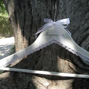 Vállfa esküvőre, Esküvő, Esküvői dekoráció, Rendelhető vállfa bármilyen színben, felirattal, csipkével, a vőlegény zakója színével megegyezően, ..., Meska