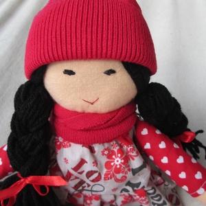 Baba piros sapkában , Otthon & lakás, Dekoráció, Gyerek & játék, Játék, Baba, babaház, Játékfigura, Varrás, Baba-és bábkészítés, Fekete hajú, copfos babám írásos, szivecskés ruhát visel, mely levehető.  Harisnyája fix, piros sziv..., Meska