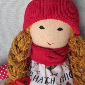 Baba pöttyös harisnyában, Otthon & lakás, Dekoráció, Gyerek & játék, Játék, Baba, babaház, Játékfigura, Varrás, Baba-és bábkészítés, Vörös-szőke hajú, copfos babám írásos, tyúkos ruhát visel, mely levehető.  Harisnyája fix, piros pöt..., Meska