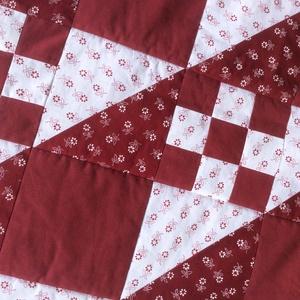 Bordó-fehér takaró, Takaró, Lakástextil, Otthon & Lakás, Patchwork, foltvarrás, Varrás, 133x205cm\n100%-ban új pamut anyagból készült  bordó-fehér geometriai mintás takaró. Hátoldala drapp ..., Meska