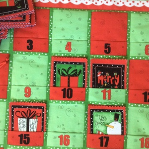 Karácsonyfás adventi naptár, Dekoráció, Ünnepi dekoráció, Karácsonyi, adventi apróságok, Adventi naptár, Patchwork, foltvarrás, Varrás, 48x71cm + 5,5 cm-es fülek Az adventi naptár alsó részébe minden nap újabb és újabb képek kerülnek a..., Meska