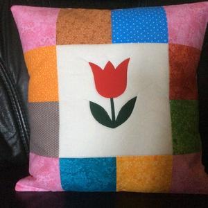 Piros  tulipános  párnahuzat , Otthon & Lakás, Lakástextil, Párna & Párnahuzat, Patchwork, foltvarrás, Varrás, Kb. 40 x 40cm\nNem csak gyerekek részére készült vidám párnahuzat, applikálással, foltvarrás techniká..., Meska