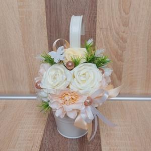 Esküvői Selyemvirág Dekoráció, Esküvő, Dekoráció, Helyszíni dekor, Virágkötés, Selyemvirág dekoráció, felakasztható fém vödröcskében.\n\nA fém vödör színe fehér, felakasztható. Maga..., Meska
