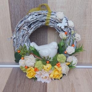 Madárkás Tavaszi Kopogtató , Otthon & Lakás, Dekoráció, Ajtódísz & Kopogtató, Virágkötés, Selyemvirággal és kerámia madárkával dekorált kopogtató.\nNagymamának, édesanyának is kiváló ajándék...., Meska