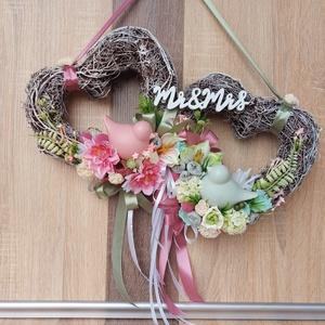Esküvői Kopogtató, Esküvő, Emlék & Ajándék, Nászajándék, Virágkötés, Szív alakú kopogtató Mr&Mrs felirattal, esküvői ajándéknak, vagy dekorációnak.\n\n2 db szív alakú vess..., Meska