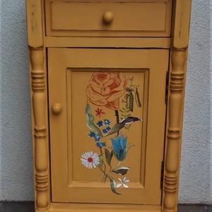 Vintage komód, kis szekrény, éjjeliszekrény, Otthon & Lakás, Bútor, Komód, Festett tárgyak, A bútor a napjainkban kedvelt vintage stílusban készült. A  speciális festésnek köszönhetően kopotta..., Meska