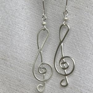 Violinkulcs fülbevaló, Lógós fülbevaló, Fülbevaló, Ékszer, Ékszerkészítés, Fémmegmunkálás, Ezüstözött drótból hajlított, lapított violinkulcs formájú fülbevaló. Az akasztót egy-egy 2 mm-es ez..., Meska