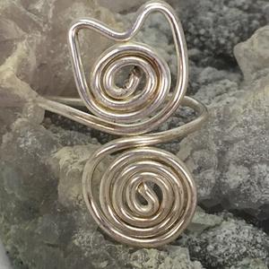 Cica gyűrű, Figurális gyűrű, Gyűrű, Ékszer, Ékszerkészítés, Fémmegmunkálás, Ezüstözött drótból hajlított és kalapált gyűrű, 1,25 mm vastag drótból hajlítva. \nÁllítható, méretre..., Meska
