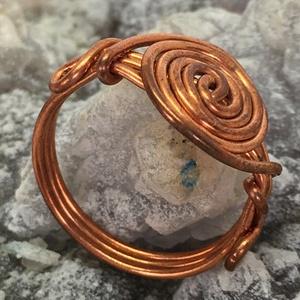 Vörösréz csiga gyűrű, Ékszer, Gyűrű, Fonódó gyűrű, Ékszerkészítés, Fémmegmunkálás, 1 mm vastag rézdrótból készült csigás gyűrű.\n\nA gyűrű belső átmérője 17,5 mm, belső kerülete 55 mm.\n..., Meska