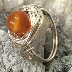 Egyköves karneol gyűrű, Ékszer, Gyűrű, Szoliter gyűrű, Ékszerkészítés, Fémmegmunkálás, Ezüstözött drótból tekertem a gyűrűt, 8 mm-es  világos narancs színű karneollal a közepén. \nNikkelme..., Meska