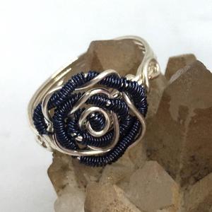 Rózsás gyűrű sötétkék, Ékszer, Gyűrű, Fonódó gyűrű, Ékszerkészítés, Fémmegmunkálás, Meska