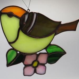 Tiffany madárka ablakdísz / falidísz, Otthon & lakás, Dekoráció, Lakberendezés, Üvegművészet, Tiffany technikával készült függeszthető ablakdísz / falidísz. \nMérete: 12 x 9 cm., Meska