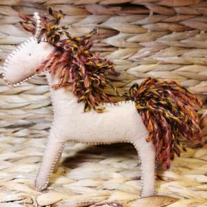 Világosbarna filc lovacska barna sörénnyel - Waldorf-jellegű játék, Játék & Gyerek, Plüssállat & Játékfigura, Ló, Varrás, Baba-és bábkészítés, Meska