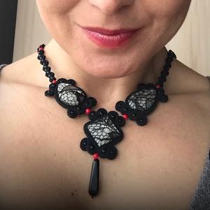 Fekete csipke, Ékszer, Nyaklánc, Ékszerkészítés, Gyöngyöt csipkébe öltöztettem, ,majd sújtás zsinórral tettem még izgalmassá. Fekete és piros 3mm-es..., Meska
