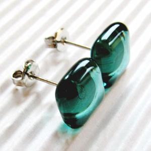 Áttetsző menta kocka üveg fülbevaló orvosi fém bedugón, üvegékszer, Ékszer, Fülbevaló, Pötty fülbevaló, Ékszerkészítés, Üvegművészet, Áttetsző, finom kékes-zöldes menta színű, trendi, kocka formájú, könnyű fülbevaló. \n\nMérete: kb. 0,9..., Meska