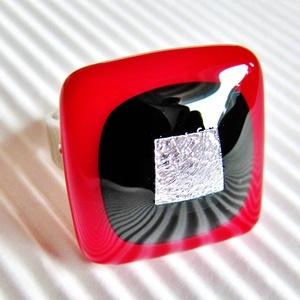 Ezüst díva üveg gyűrű, üvegékszer, Ékszer, Gyűrű, Statement gyűrű, Ékszerkészítés, Üvegművészet, Mélypiros és éjfekete színekből készítettem a gyűrű minimal kocka üvegét, közepét csillogó gyűrt-ezü..., Meska