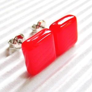 Ferrari piros kocka üveg fülbevaló, ORVOSI FÉM, üvegékszer, Ékszer, Fülbevaló, Pötty fülbevaló, Ékszerkészítés, Üvegművészet, Meska