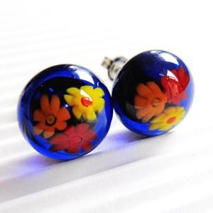 Kéklő réten üveg fülbevaló orvosi fém bedugón, millefiori, virág üvegékszer, Ékszer, Fülbevaló, Pötty fülbevaló, Áttetsző királykék ékszerüvegből és sárga-narancs-piros millefiori virág-gyöngyökből olvasztottam a ..., Meska