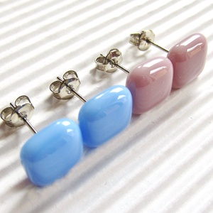Levendula és sápadt rózsaszín üveg fülbevalók orvosi fém bedugón párban, üvegékszer szett - Meska.hu