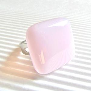 Púderrózsaszín kocka üveg gyűrű, üvegékszer, Ékszer, Gyűrű, Statement gyűrű, Ékszerkészítés, Üvegművészet, Púderrózsaszín kocka gyűrű. Finom, nőies ékszer. Boltomban találsz több hozzá illő medált és fülbeva..., Meska