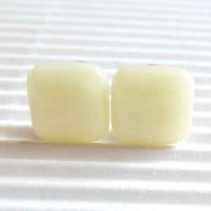 Orvosi fém alapon vanília-marcipán kocka üveg fülbevaló, üvegékszer, Ékszer, Fülbevaló, Pötty fülbevaló, Ékszerkészítés, Üvegművészet, Meska