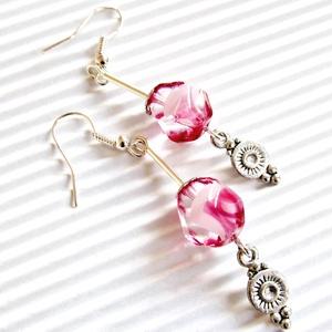 Tearózsa bimbó gyöngy fülbevaló, üveggyöngy, Ékszer, Fülbevaló, Lógó csepp fülbevaló, Ékszerkészítés, Gyöngyfűzés, gyöngyhímzés, Különleges, metszett, áttetsző alapon fehér és pinkes rózsaszín felhőkkel mintázott üveggyöngy - min..., Meska