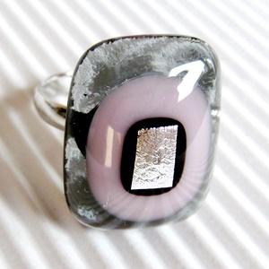 Hamvas sápadt rózsaszín fény üveg gyűrű, üvegékszer, Ékszer, Gyűrű, Statement gyűrű, Ékszerkészítés, Üvegművészet, Hamvas szürke és mályvás árnyalatú, sápadt rózsaszín ékszerüvegekből, ezüst dichroic díszítéssel kés..., Meska