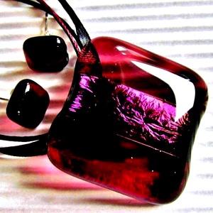Bíbor bársony üveg medál és fülbevaló orvosi fém bedugón, üvegékszer szett, Ékszer, Ékszerszett, Csodálatos bíbor fényben tündöklő és áttetsző sötét mályva színű medál, hozzá könnyű, kocka, sötét m..., Meska