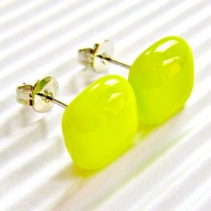 Orvosi fém alapon banán - zöld kocka üveg fülbevaló, üvegékszer, Ékszer, Fülbevaló, Pötty fülbevaló, Ékszerkészítés, Üvegművészet, Nagyon élénk, neonos sárgás-zöld ékszerüvegből olvasztottam a fülbevaló divatos, szögletes üvegeit. ..., Meska