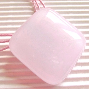 Púderrózsaszín üveg kocka medál, nyaklánc, üvegékszer - ékszer - nyaklánc - medálos nyaklánc - Meska.hu