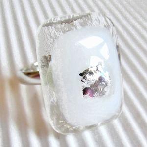 Fehér platina ragyogás üveg gyűrű, üvegékszer, Ékszer, Gyűrű, Statement gyűrű, Ékszerkészítés, Üvegművészet, Áttetsző keretben, hófehér alapon strukturált felületű ezüst dichroic-kal díszítettem ezt a ragyogóa..., Meska