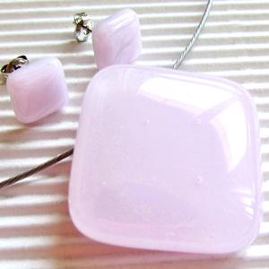 Púderrózsaszín rombusz üveg medál és fülbevaló orvosi fém bedugón, üvegékszer szett, Ékszer, Ékszerszett, Ékszerkészítés, Üvegművészet, A legkiválóbb minőségű, púderes rózsaszín árnyalatú ékszerüvegből olvasztottam a szettet. Minimal ko..., Meska