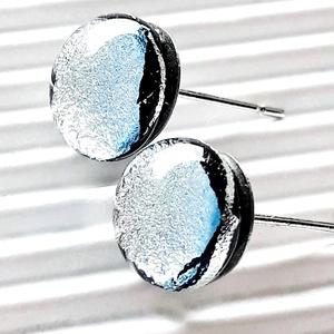 Ragyogó ezüst szikrázás dichroic üveg fülbevaló orvosi fém alapon , üvegékszer, Ékszer, Fülbevaló, Pötty fülbevaló, Ékszerkészítés, Üvegművészet, Fekete alapon ezüst fényben tündöklő dichroic fülbevaló. Finoman elegáns, ragyogó ékszer, ünnepi alk..., Meska