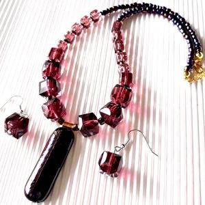 Mályvarózsa üvegékszer és gyöngy nyakék lógós gyöngy fülbevalóval ékszerszett, üvegékszer, üveggyöngy, Ékszer, Ékszerszett, Ékszerkészítés, Üvegművészet, A nyakék díszét kemencémben olvasztottam fekete alapon mályva-lila-arany-zafír árnyalatú, matt fényű..., Meska