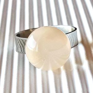 Orvosi fém alapon selymes barackvirág gyűrű, üvegékszer, Ékszer, Gyűrű, Statement gyűrű, Ékszerkészítés, Üvegművészet, Halvány barack színű üvegből olvasztottam a gyűrű kerekded üvegét, áttetsző réteggel selymesítettem...., Meska
