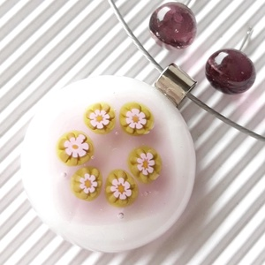 Fehér - mályva borsóvirág virágkoszorú üveg medál és pötty fülbevaló szett, üvegékszer szett, Ékszer, Ékszerszett, Ékszerkészítés, Üvegművészet, Meska