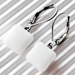 Hófehér fénysugár üveg fülbevaló orvosi fém francia kapcsos alapon, üvegékszer, Ékszer, Fülbevaló, Lógó fülbevaló, Ékszerkészítés, Üvegművészet, Meska