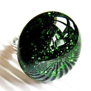 Szikrázó mohaszőnyeg sötétzöld kerek üveg gyűrű, üvegékszer, Ékszer, Gyűrű, Statement gyűrű, Ékszerkészítés, Üvegművészet, Szikrázóan csillámló, sötétzöld aventurin ékszerüvegből olvasztottam ezt az elegáns, mutatós, trendi..., Meska