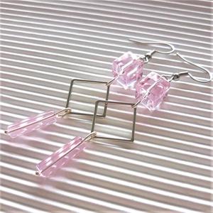 Hajnali derengés minimal üveg lógós fülbevaló nemesacél akasztón, üveggyöngy, Ékszer, Fülbevaló, Lógós fülbevaló, Ékszerkészítés, Mindenmás, Áttetsző, rózsaszín, szögletes kocka formájú üveggyöngyök, ezüst színű, rombusz formájú fém kerettel..., Meska