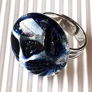 Jégvarázs sötétkék kerek üveg gyűrű, üvegékszer, Ékszer, Gyűrű, Statement gyűrű, Ékszerkészítés, Üvegművészet, Kristályosan áttetsző üvegbe olvasztottam szikrázóan csillámló, sötétkék aventurin szilánkokat. Mint..., Meska