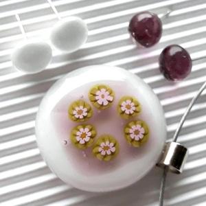 Fehér - mályva borsóvirág virágkoszorú millefiori üveg nyaklánc, medál, üvegékszer - ékszer - nyaklánc - medálos nyaklánc - Meska.hu
