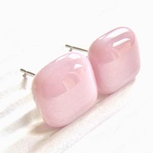 Orvosi fém alapon Sápadt rózsaszín kocka üveg fülbevaló, üvegékszer, Ékszer, Fülbevaló, Pötty fülbevaló, Ékszerkészítés, Üvegművészet, Meska
