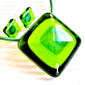 Zöld fény üveg medál és fülbevaló, nyaklánc, üvegékszer szett, Ékszer, Ékszerszett, Ékszerkészítés, Üvegművészet, A legmagasabb minőségű, áttetsző zöld, almazöld és irizáló felületű, világoszöld színű ékszerüvegekb..., Meska