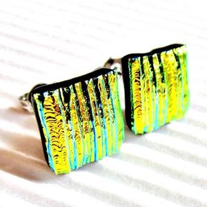 Arany szárnyú szentjánosbogárka kocka dichroic üveg fülbevaló orvosi fém alapon , üvegékszer, Ékszer, Fülbevaló, Pötty fülbevaló, Ékszerkészítés, Üvegművészet, Fekete alapon gyönyörű sápadt arany fényű, halvány türkiz csíkokkal barázdált felületű dichroic-ból ..., Meska